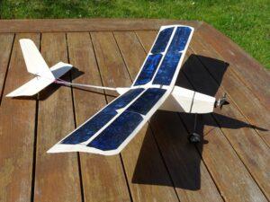 L'avion Rc propulsé avec l'énergie solaire